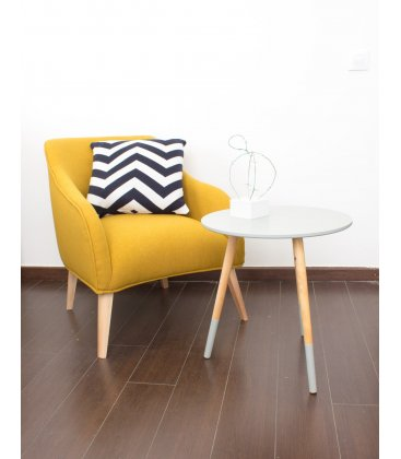 "Sillón tapizado en color mostaza con patas de madera ""HALL"""
