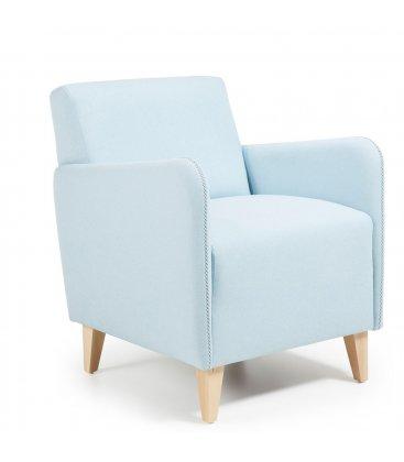 Sillón tapizado en color azul claro con patas de madera KUPI