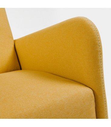 Sillón tapizado en color mostaza con patas de madera KUPI