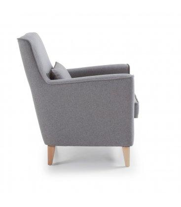 Sillón tapizado en tela gris claro con pies de madera natural AINA