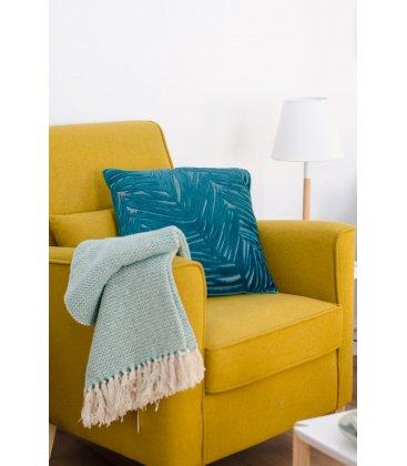 Sillón tapizado en tela mostaza con pies de madera natural AINA