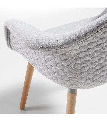 Silla tapizada en gris claro con reposabrazos KENIA