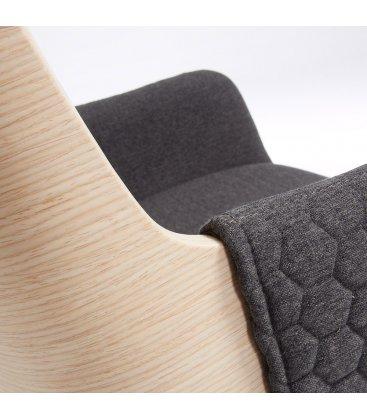 Silla madera de roble tapizada en gris oscuro con reposabrazos ANNE