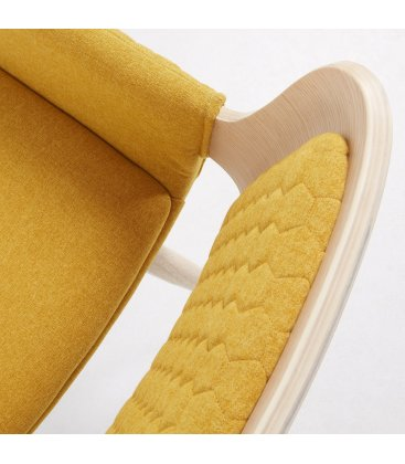 Silla madera de roble tapizada en mostaza con reposabrazos ANNE