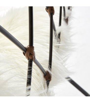 Sillón para interior y exterior de estructura metálica, ratán y cojín blanco pelo CLASS