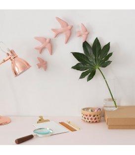 Golondrinas rosas de cerámica esmaltadas.