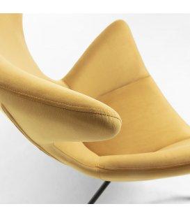 Sillón tapizado en terciopelo mostaza con patas metálicas en negro BOGART