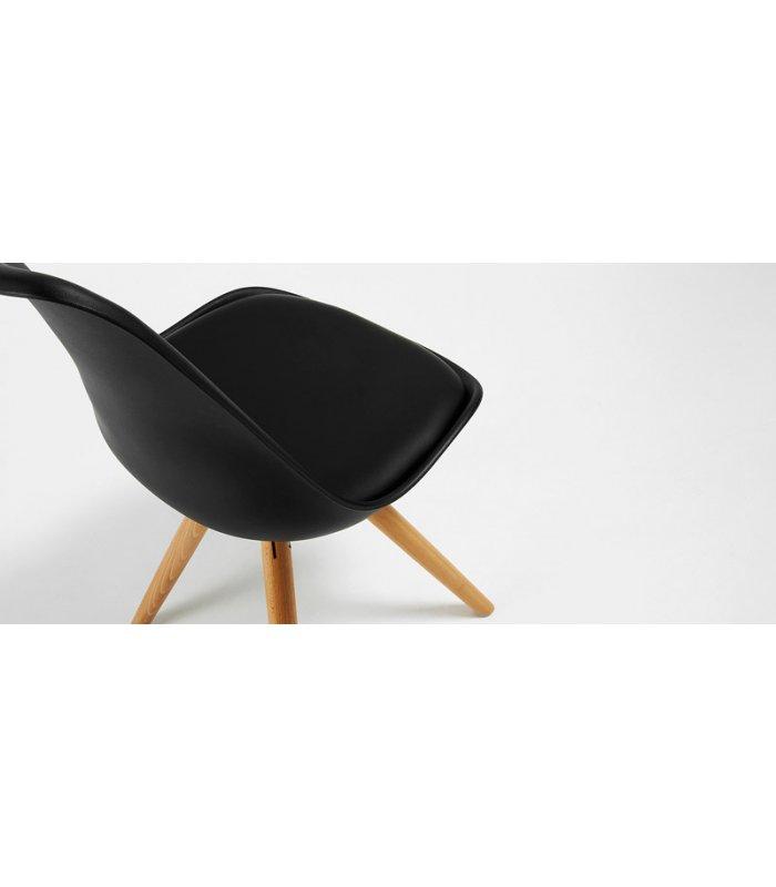 Silla de comedor negra con patas de madera lara for Sillas negras comedor