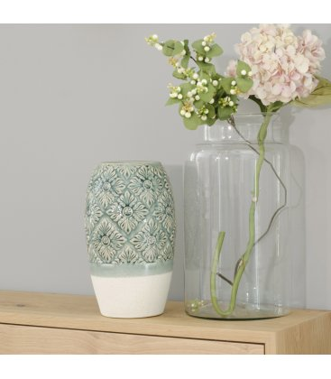 Jarrón cerámico esmaltado verde y blanco con textura de flores.