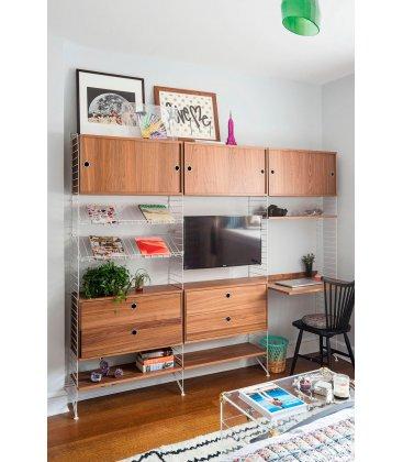 Estantería STRING de 3 módulos con 3 cabinets y 2 cajoneras en nogal con paneles blancos.