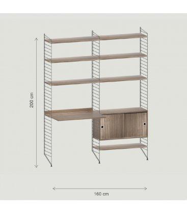 Estantería STRING de 2 módulos con 1 cabinet y 1 escritorio en nogal y paneles negros.
