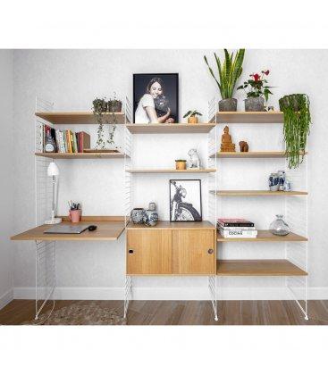 Estantería STRING de 3 módulos con 1 cabinet y 1 escritorio en roble con paneles blancos.