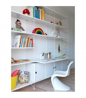 Estantería STRING de 3 módulos con 2 cabinets y 2 escritorios en blanco.