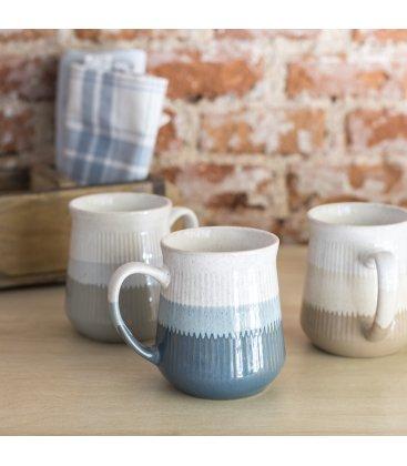 Taza tipo mug de gres esmaltado con textura de líneas verticales y degradado (3 colores).