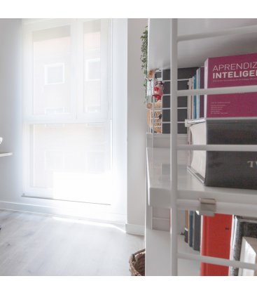 Estantería STRING de 3 módulos con 2 cabinets en blanco.