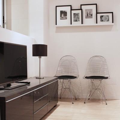 Entre el estar y la cocina se planteó un murete que sirve de trasera a la TV y aisla la zona sucia de cocina sin restar espacialidad a las estancias.
