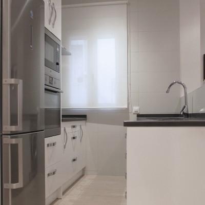 La cocina, aunque muy pequeñita, resulta funcional y alberga todo el programa necesario.