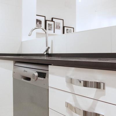 La cocina dispone de una amplia superficie de trabajo.