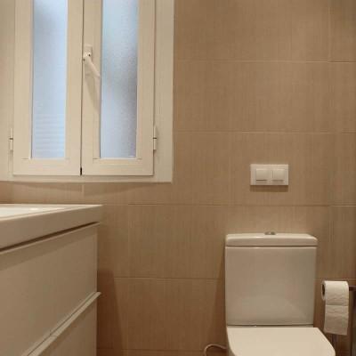 El baño es cómodo y funcional e incluye un mueble empotrado junto a la ducha que alberga parte de las instalaciones.