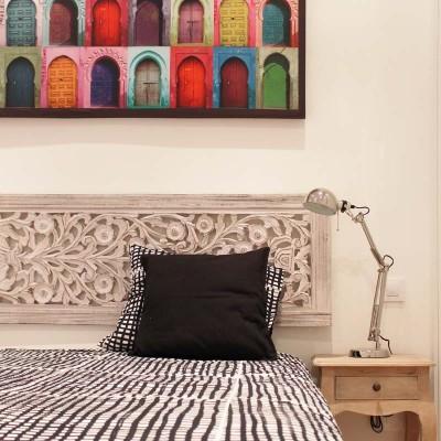 El dormitorio se decora con motivos étnicos, consiguiendo una imagen muy chic.