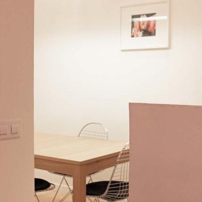 En el comedor dejamos previstas tomas de corriente que permiten usarlo también como zona de trabajo.
