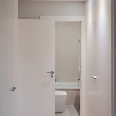 Aunque los propietarios no contaban con ello, con la nueva distribución conseguimos incorporar un baño en suite y dos armarios grandes, uno a la entrada y otro a los pies de la cama.