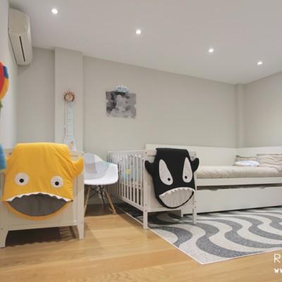 Para la habitación de los pequeños, uno de dos años y medio y dos de 6 meses, propusimos un juego de literas que permitiese aprovechar el espacio restante para juegos y estudio. De momento, mientras los más pequeños crecen, la habitación se amuebla con una cama y dos cunas.