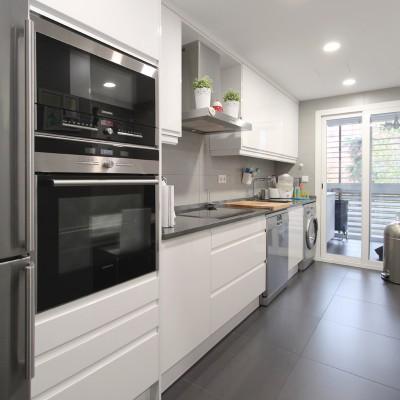 La familia hace mucha vida en la cocina, por lo que era importante que esta fuese espaciosa y contase con una zona de office para comer en familia.