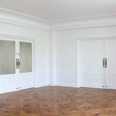 Se mantuvieron las puertas correderas que, como también estaban paneladas, se lacaron en blanco.
