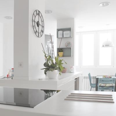 El resultado es un cocina limpia y pulcra, con toques cálidos.