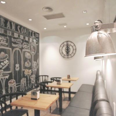 Se mantuvo la iluminación integrada y se propusieron lámparas descolgadas sobre las mesas y algunos de pared en la zona de sofás.