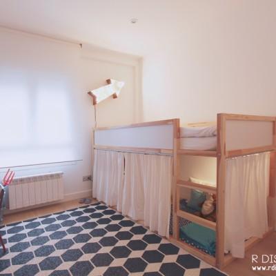 En el cuarto del niño querían incorporar una cama elevada de la firma sueca Ikea, y una alfombra de juegos que tuviese fácil mantenimiento.