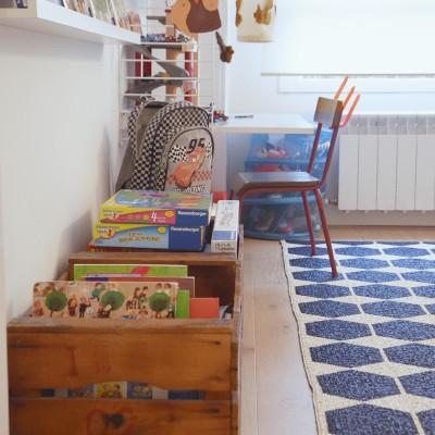 La envolvente, muy neutra, hace que el colorido de los juguetes y libros del niño se integren a la perfección en la decoración.