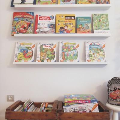 El pequeño tiene muchos libros y jueguetes que nos pareció bien utilizar como parte de la decoración, dejándolos a la vista. Para ello propusimos una pequeña biblioteca con estantes Ribba de la firma sueca Ikea complementados con cajas de fruta antiguas.