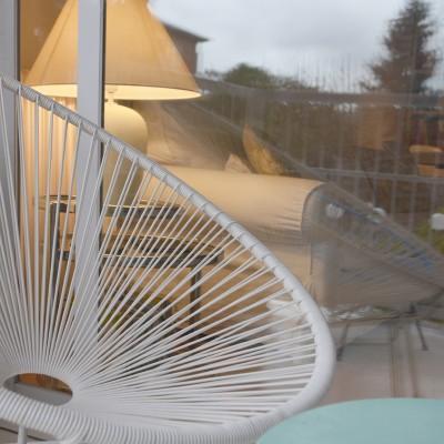 En verano abren la gran balconera y el mobiliario de la terraza dialoga con el del estar.