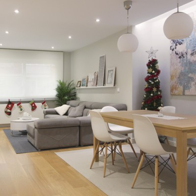 Con la nRDEROOM comprar con cabeza básicos decoueva distribución se gana espacio de manera que consigue instalarse un sofá de dimensiones generosas y una mesa para 6 comensales.