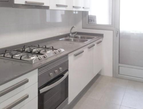 En la cocina se utilizaron los mismos suelos y alicatados que en los baños, para dar una imagen más uniforme y elegante.