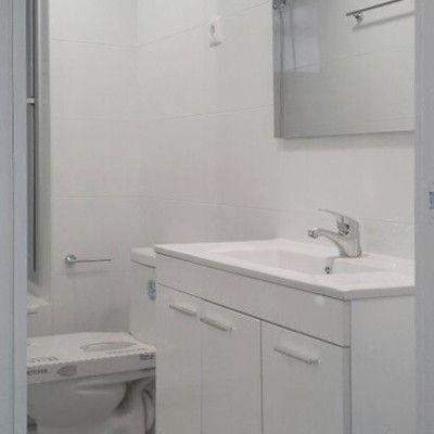 En el baño se actualizaron los acabados y las instalaciones, buscando una envolvente neutra que potenciase al máximo la luz.