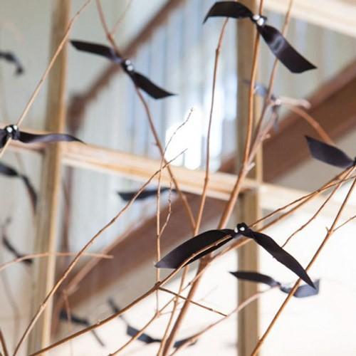 R DE ROOM BLOG. Decoración elegante y fácil para Halloween 2015. Murciélagos de lazo negro en ramas secas.