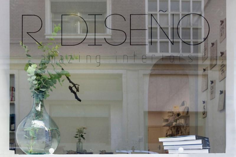 R de Room INTERIORISMO. Oficina con decoración de estilo nórdico en Madrid.