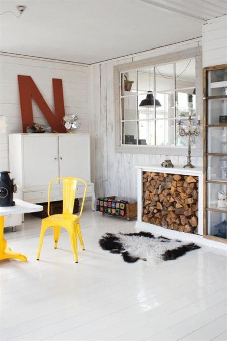 Decorar con letras. Una única letra grande, apoyada sobre un mueble. Vía shelterness.com