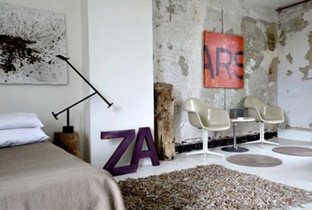 Decorar con letras. Letras grandes apoyadas, con un cuadro de letras sobre la pared. Vía shelterness.com