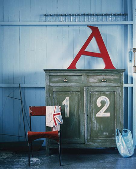 Consejos para decorar con letras. Letras pintadas sobre la pared. Vía Shelterness.com