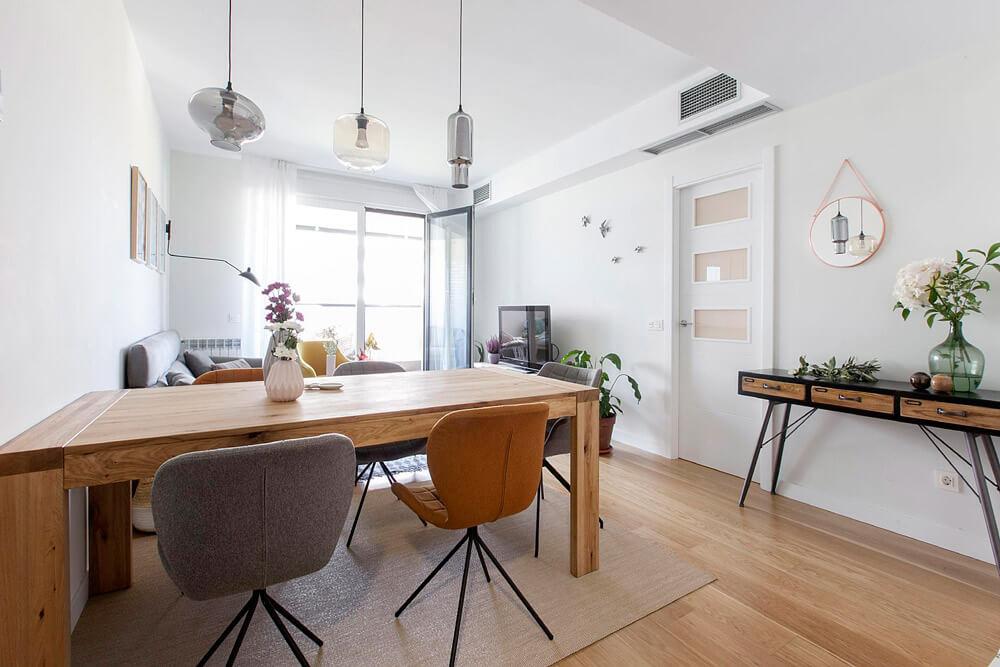 Proyecto de R de Room Amazing Homes. Comedor formado por mesa extensible de madera maciza de roble modelo Malmo y sillas Zuiver.