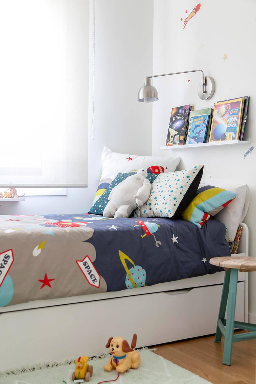 Proyecto de R de Room Amazing Homes. Dormitorio infantil con cama nido blanca y decoración inspirada en el universo.