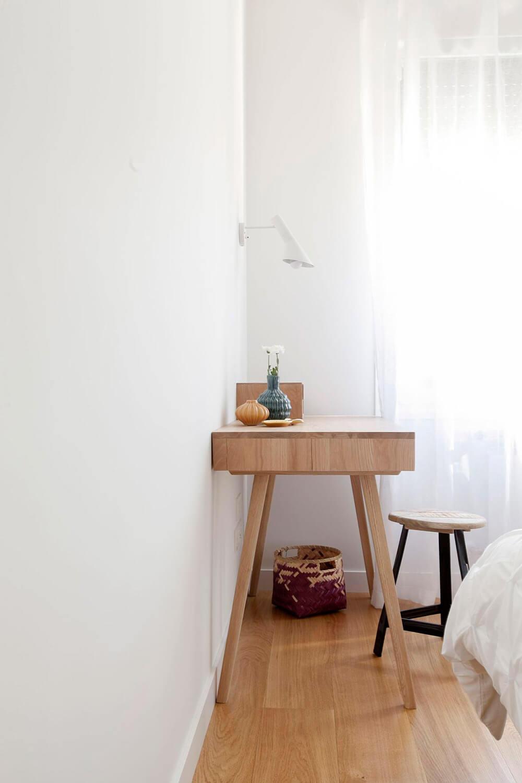 Proyecto de R de Room Amazing Homes. Dormitorio principal de diseño nórdico con cabecero tapizado en gris, mesillas de noche blancas y tocador de madera maciza.
