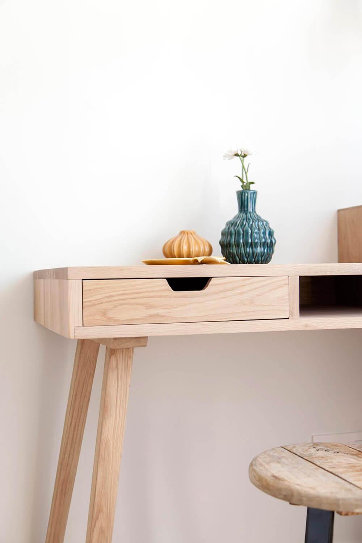 Proyecto de R de Room Amazing Homes. Detalle del tocador de madera maciza de un dormitorio de inspiración nórdica. Decoración con jarrones de la firma danesa Bloomingville.