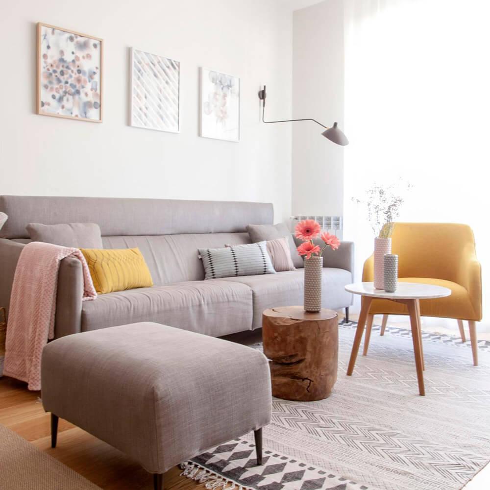 Proyecto de R de Room Amazing Homes. Vista de estar-comedor de estilo nórdico compuesto por mesa extensible de madera de roble, sillas Zuiver, sofá y ottoman a juego y butaca en color mostaza.