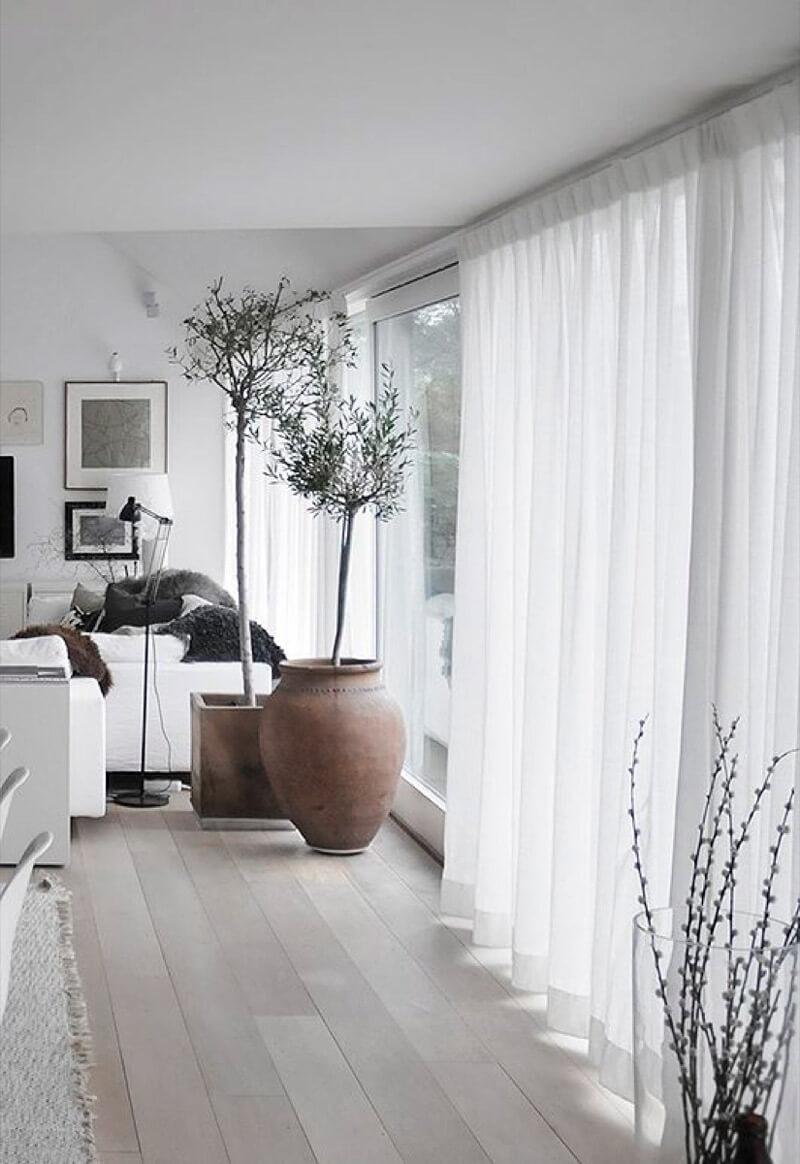 R de Room BLOG. 9 trucos para reconciliarte con tu salón sin invertir mucho. Cambia tus cortinas oscuras por unas que dejen pasar la luz.