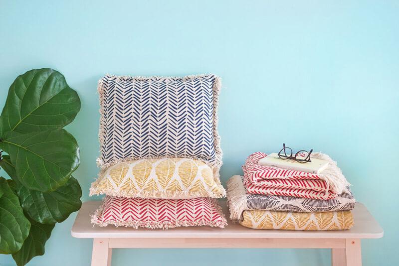 R de Room BLOG. 9 trucos para reconciliarte con tu salón sin invertir mucho. Renueva los textiles; cambiar cojines y mantas es siempre una gran idea.